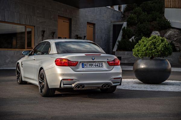 BMW M4 Cabrio hinten Dach geschlossen