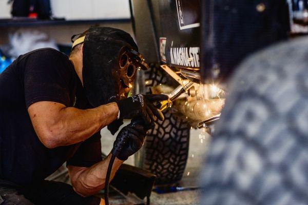 Monster Energy Rally Raid Team - Dakar 2015  Mechaniker schweissen