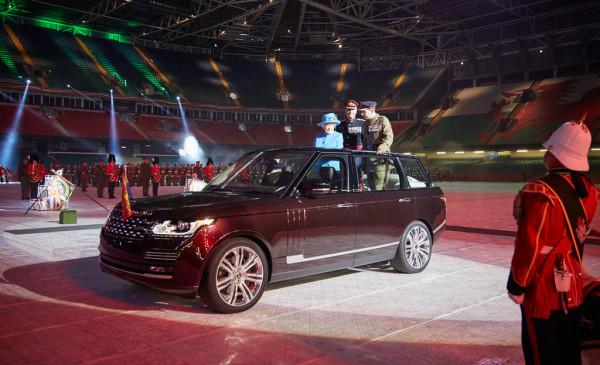 Die Queen und ihr neues Paradefahrzeug von Land Rover