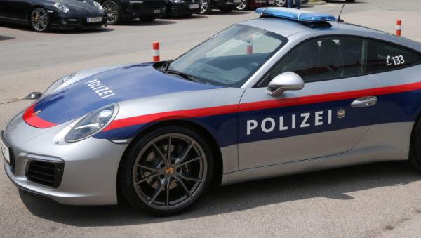 Polizei im Porsche